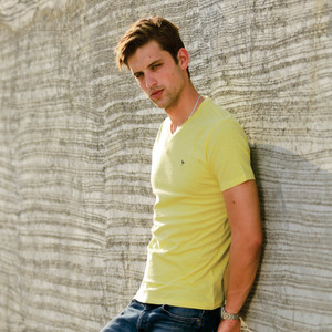 Eten Men's Basic Tee V-Neck Short Sleeve Sunshine